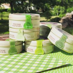 On profite des rayons du soleil sans moustique ???? grâce à notre poudre de Cade.  ~ 100% naturelle, parfumée aux huiles essentielles ou aux parfums plus farfelus, choisissez votre préférée !  ~  Nous on a un petit coup de cœur pour l'eucalyptus ???? Et vous, c'est quoi votre parfum préféré ?  ~ #poudredecade #boisdecade #cade #encensnaturel #naturalincense #green #garrigue #provence #thym #romarin #eucalyptus #detente #menthepoivree #fougere #fabriqueenfrance #southoffrance #auvergne #boisfrancais #artisanat #artisan #ambiancecade #soleil #cadewood #weekend #entreamis