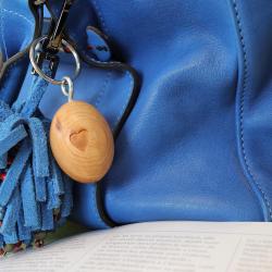 Osez une touche artisanale et unique sur vos clés ou votre sac à main ! 🔑 ~ #portecles #porteclef #porteclebois #bois #wood #artisanale #artisanatfrancais #madeinfrance #handmade #faitmain #porteclesgrave #sacamain #accessories #accessoires #zerodechet #fabricationfrancaise #cadeau #ideecadeau #boisdecade #cade #cedre #genevrier #gravure #auvergne #clés #ambiancecade #antimite #blue #bleu