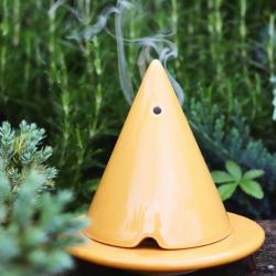 Presque comme dans un jardin zen ... ???? Détendez vous grâce à la Lampe Merlin et sa Poudre de Cade ...  ~ Nature ou parfumée à vous de décider ! ???? ~ #lampemerlin #été #poudredecade #boisdecade #romarin #zen #detente #cade #boisdecade #parfuminterieur #parfumdextérieur #jardin #summer #yinyang #garden #ambiancecade #garrigue #auvergne #thiers #ceramic #bois #decorationinterieur #instapic #picoftheday #green #aromatique